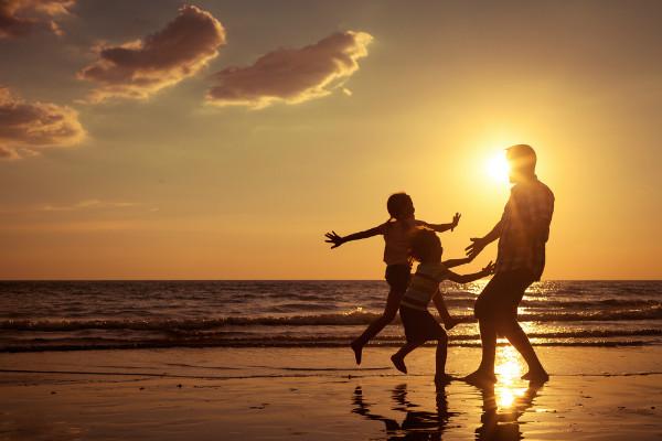 familiy-on-beach-sunset