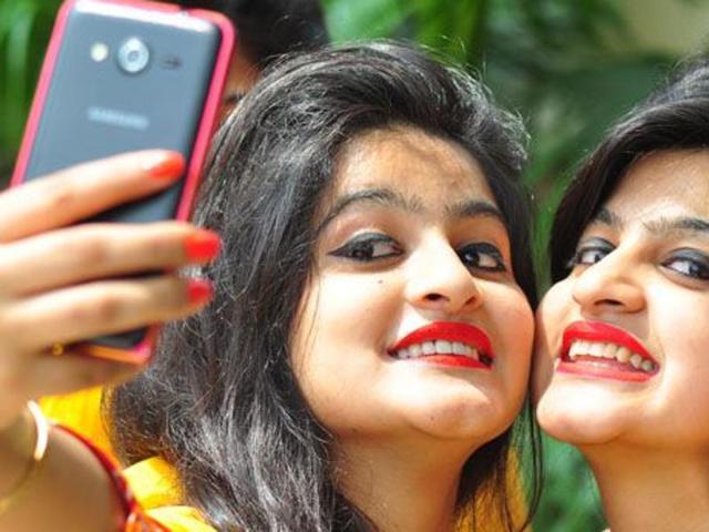 students-taking-selfie_c10fd7fc-4b2c-11e6-a5ed-4b8bf40e703f
