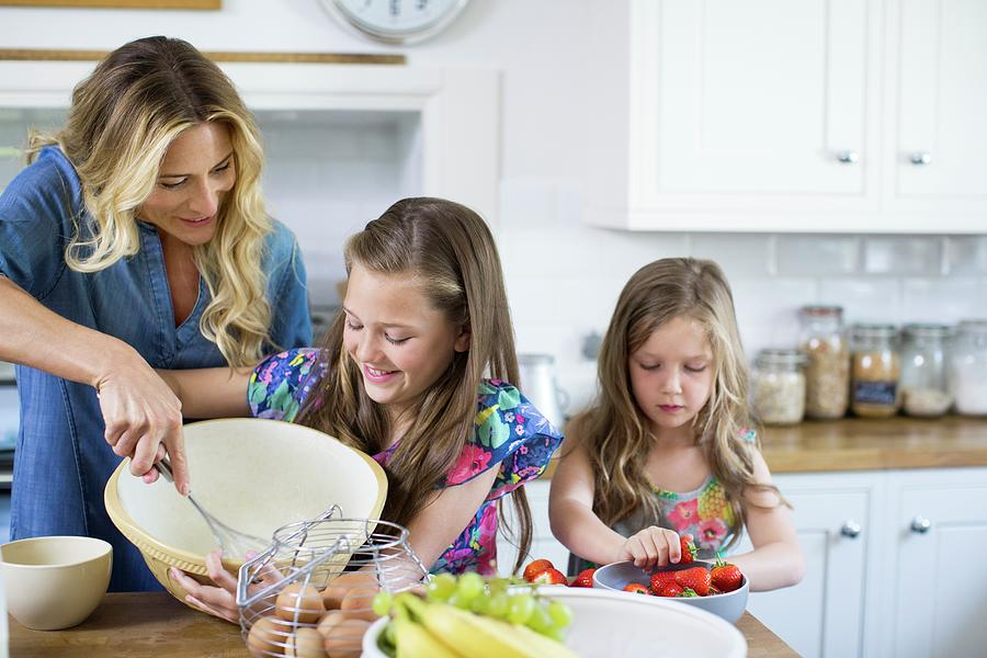 mother-and-children-in-the-kitchen-science-photo-library